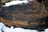 """孔子河岸""""坐石""""摩岩石刻(2500年前孔子在旧街问渡口的时,在孔子河边休息坐过的石头)。"""